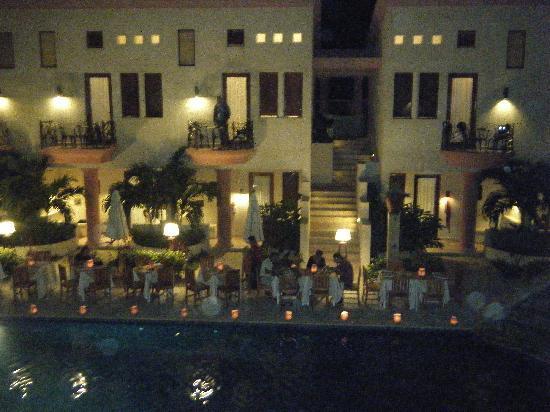 Cena romantica bordo piscina picture of las sirenas for Cena in piscina