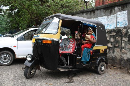 Thiruvananthapuram, Indie: bimba sul Tuc Tuc