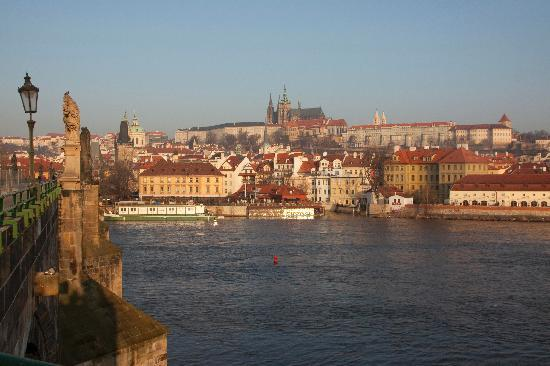 Golden Well Hotel: Prag Castle, Mala Strana from Charles Bridge at dawn