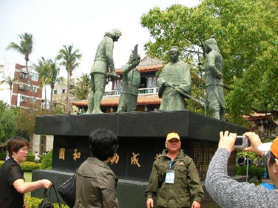 赤嵌樓, 広場の像(征服した時の場面。頭を垂れているのがオランダ人)