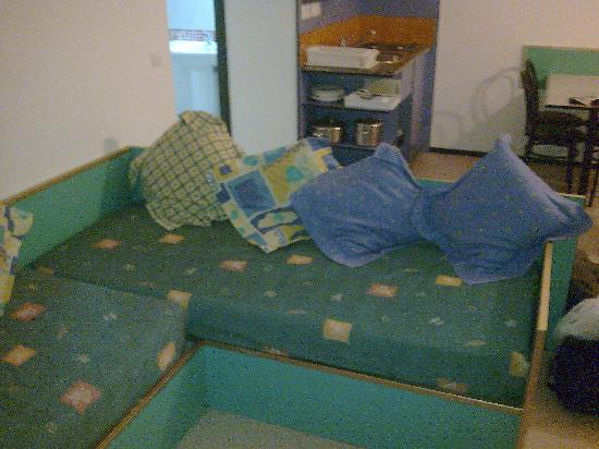 Apartaments Xaine Sun: El sofá en el salón, incomodísimo...