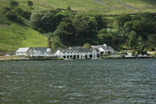 T'yn y Cornel Hotel : Hotel over lake