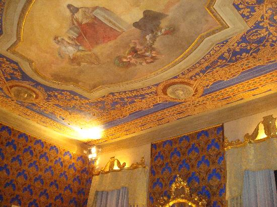 Torriani Palace: Le plafond du grand salon