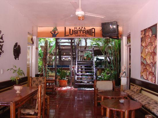 Plaza Lusitania: Entrance of the hotel.