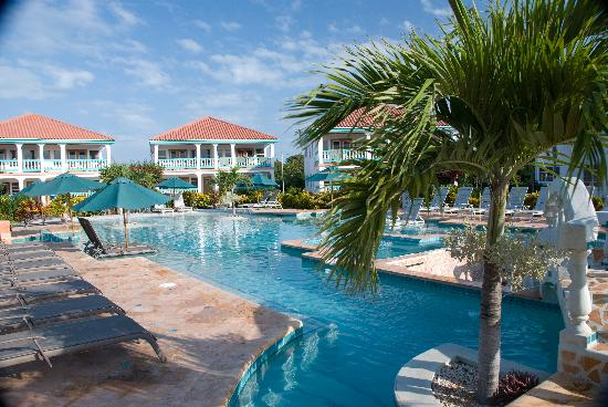 Belizean Shores Resort: The back of the pool