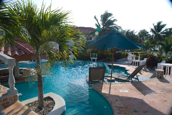 Belizean Shores Resort: The front of the pool