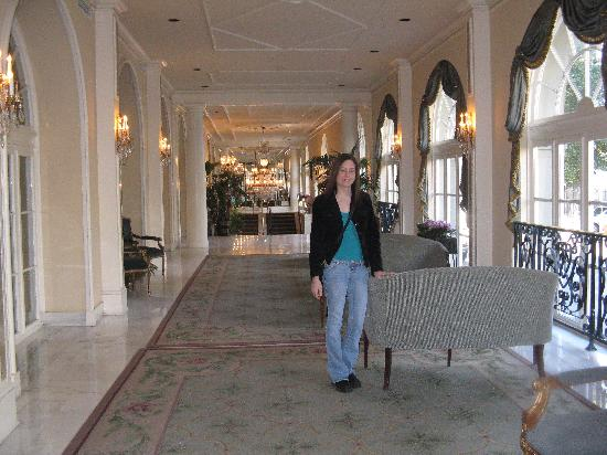 Omni Royal Orleans: Standing in the beautiful lobby of the Omni Royal