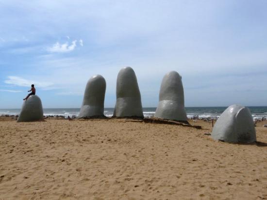 Punta del Este, Uruguay: es un monumento a los ahogados segun mi argentina..