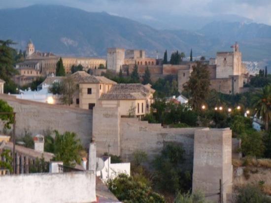 Alhambra: EL ALAMBRHA.... ES UN PALACIO ARABE  CONSIDERADO PATRIMONIO CULTURAL