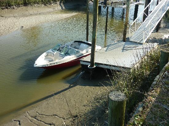 Fripp Island Resort: Low tide on the canal, boats go nowhere