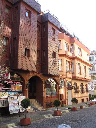 Side Hotel and Pension: Hotel from the street