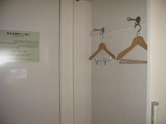 Comfort Inn Hiroshima Heiwa-Odori: ドア付近にあるハンガー掛け