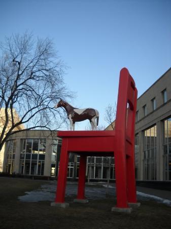 Denver Public Library : A côté de la bibliothèque municipale: un cheval sur une chaise(?)...