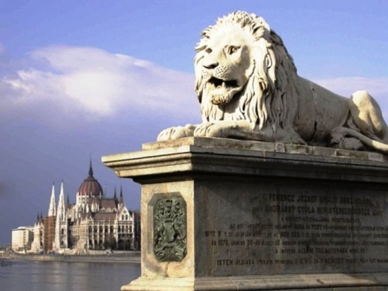 Absolute Walking Tours : chain bridge and parliament