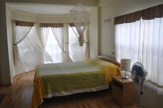 Grenada Gold Guest Apartments : Master bedroom with en-suite bathroom