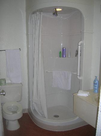 موتل 6 فينيس: Venice Motel 6 bathroom
