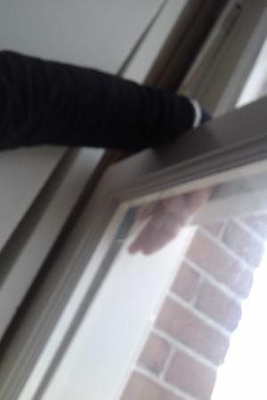 Hotel Patou: Arm lässt sich aus geschlossenem Fenster schieben!