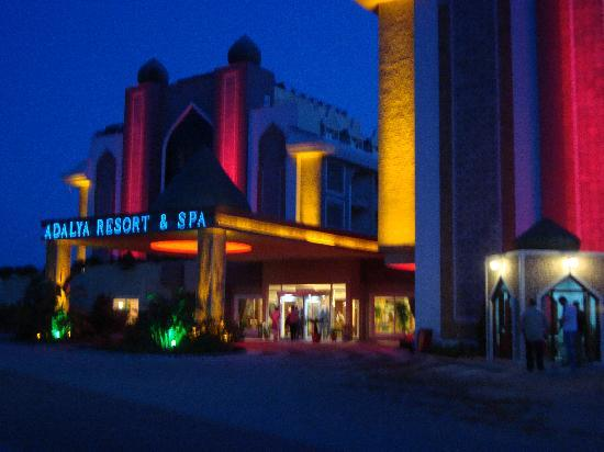 Adalya Resort & Spa: front of the hotel at night