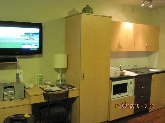 CentrePoint on Colombo Motel: Kitchenette and the TV