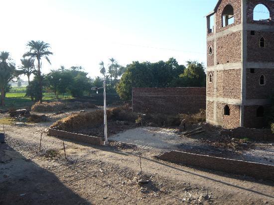 El Fayrouz : Obras frente a la habitación y huertas