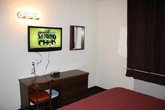 Empress Inn & Suites : 1 Queen Room
