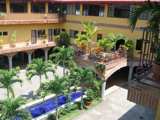 Hotel Lomas Sn. Thomas: View down to plant patio & entry of hotel