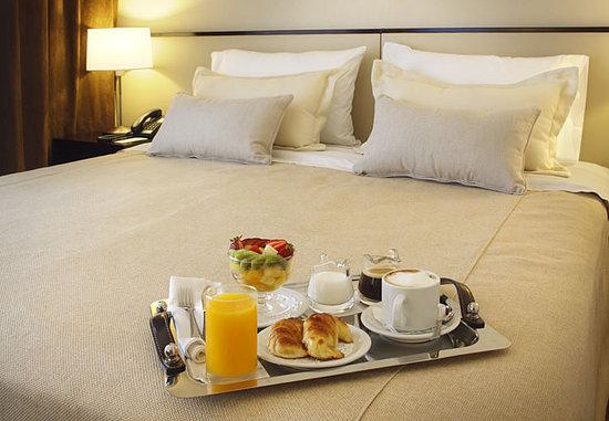 El Conquistador Hotel: Room service 24/7