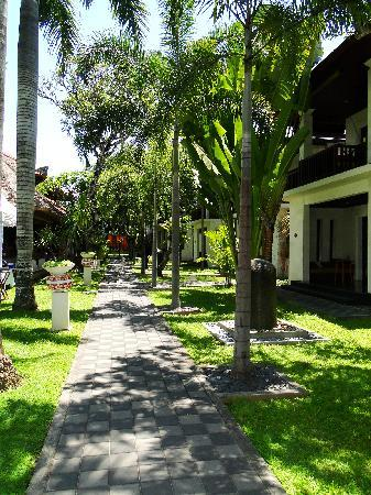Griya Santrian: Walk from the beach to the garden wing