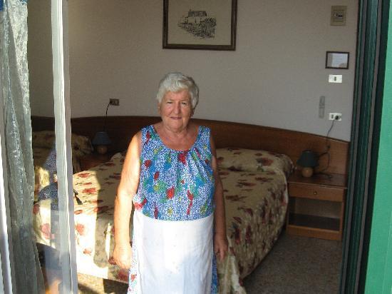 Locanda Al Castello: Lenna (owner/chef) shows our room