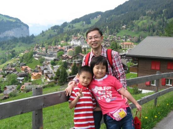 我和小孩在Wengen小鎮留念, 感謝她让我們有個美好的回憶.