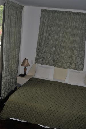 Hotel La Petite Maison: Small but efficient room