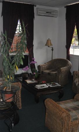Hotel La Petite Maison: Cozy lobby reminiscent of a british B&B