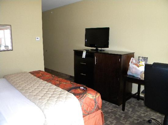 La Quinta Inn & Suites Tulsa Airport / Expo Square: TV with hideaway fridge/microwave