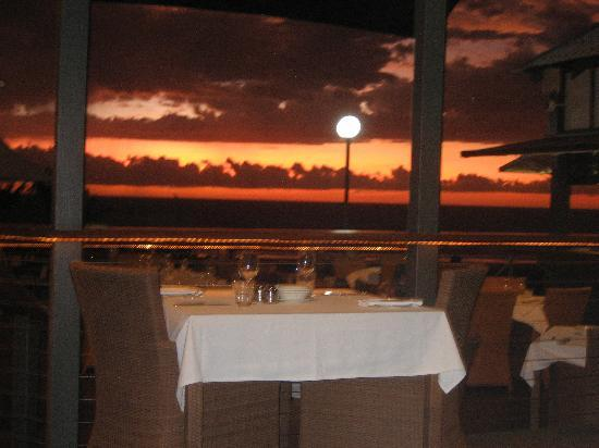 Cocos Beach Bungalows : Dinner at the Sunset Bar