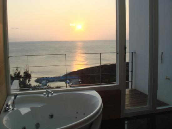 Ocean Paradise Resort: View from your jacuzzi tub!!