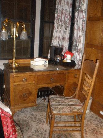Glen Eyrie Castle & Conference Center: Cute little desk and chair