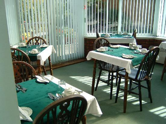 The Edwardian Lodge Guest House: Conservatory breakfast room