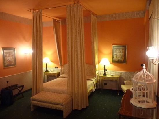 Hotel Victoria : Orange themed Junior suite 408.