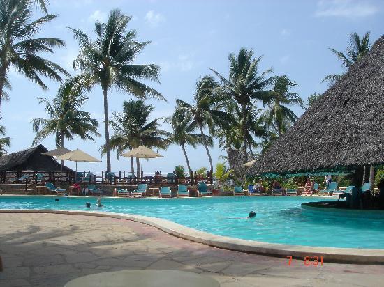 Pinewood Beach Resort & Spa: pool/bar