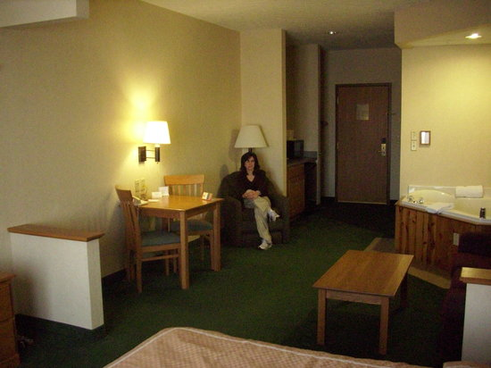 Comfort Suites Berlin: Scene from right corner of room