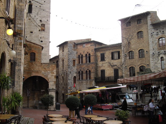 San Gimignano, Włochy: チステルナ広場