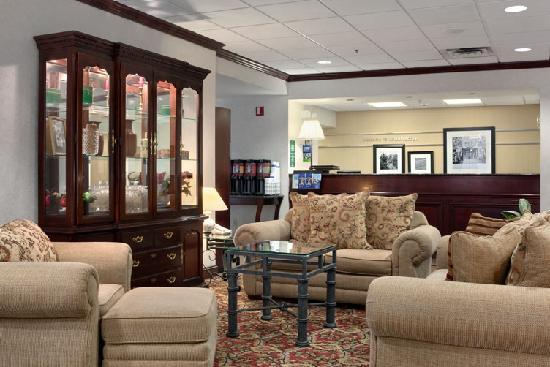 Hampton Inn Tallahassee Central: Lobby/Front Desk area