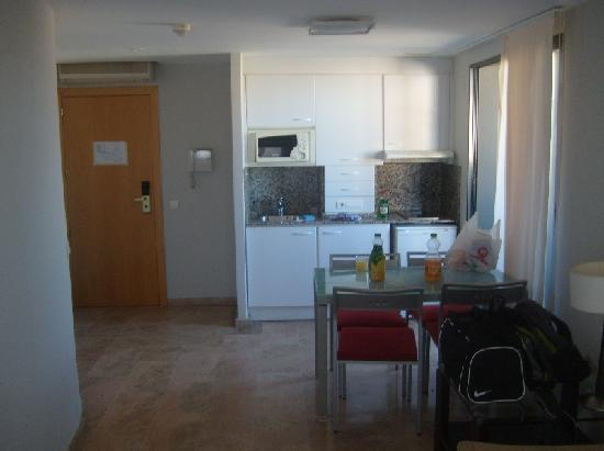 Plaza Picasso: Kitchen with dining table