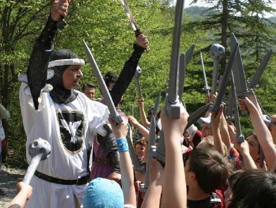 Gropparello, Italia: Parco delle Fiabe - il Cavaliere Bianco nomina i giovani cavalieri quali cavalieri del Castello