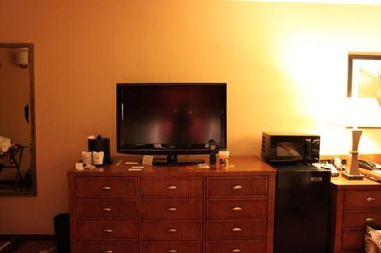Coco Key Water Resort at Courtyard by Marriott Fitchburg: Flat-screen TV in room