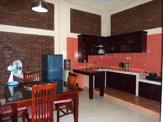 Puri Guest House : Apartment kitchen and dining area