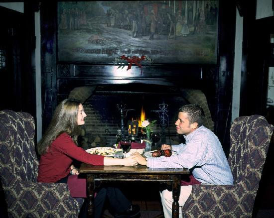 The Red Coach Inn Historic Bed and Breakfast Hotel: Fireside dining at the Red Coach Inn, Niagara Falls NY