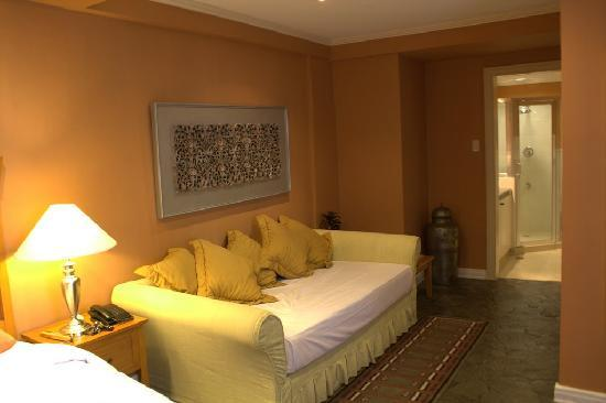 Discovery Country Suites: Couch