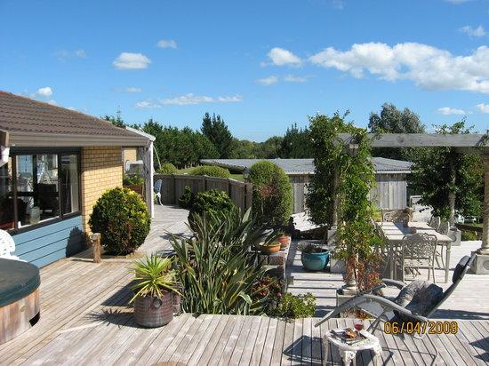 Waiarjipa Homestead: Our beautiful deck and garden