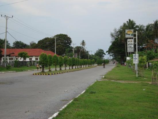 Kep, كامبوديا: Une avenue à Kep, à environ 50 m à droite, la mer... Remarquez le panneau ''café restaurant''